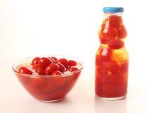 Pomodori di ciliegia su priorità bassa bianca Immagini Stock Libere da Diritti