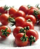 Pomodori di ciliegia su una zolla 1 Fotografie Stock Libere da Diritti