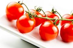 Pomodori di ciliegia sulla vite Fotografie Stock Libere da Diritti