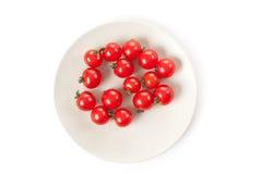 Pomodori di ciliegia sulla zolla Immagine Stock