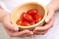 Pomodori di ciliegia in una ciotola fotografie stock libere da diritti
