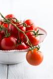 Pomodori di ciliegia in una ciotola Immagine Stock Libera da Diritti