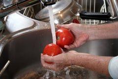Pomodori di lavaggio Fotografie Stock