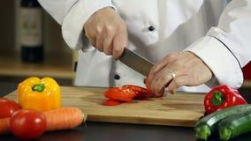 Pomodori di taglio stock footage