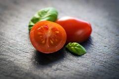 Pomodori e basilico Immagini Stock