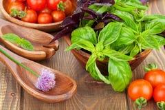 Pomodori e basilico freschi degli agricoltori Immagine Stock