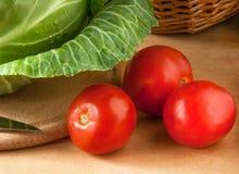 Pomodori e cavolo pronti per la cottura dell'insalata Fotografia Stock