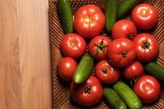 Pomodori e cetrioli con la buoni accensione e fondo Fotografia Stock Libera da Diritti