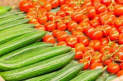 Pomodori e cetrioli da vendere fotografia stock libera da diritti