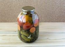 Pomodori e cetrioli inscatolati in un vaso di vetro Fotografie Stock Libere da Diritti