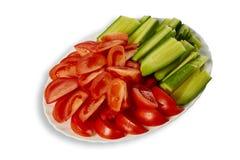 Pomodori e cetriolo sul piatto Fotografie Stock Libere da Diritti