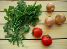 Pomodori e cipolle rossi freschi di Rucola per insalata immagini stock libere da diritti