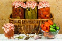 Pomodori e ortaggi freschi inscatolati Fotografia Stock