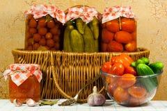 Pomodori e ortaggi freschi inscatolati Immagine Stock