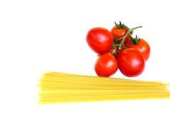 Pomodori e pasta cruda Immagini Stock