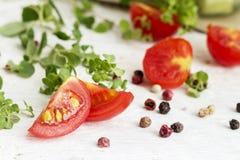 Pomodori e pepe con la menta fotografia stock libera da diritti