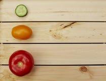 Pomodori e pezzo di cetriolo Fotografie Stock Libere da Diritti