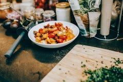 Pomodori e prezzemolo pronti ad essere preparato fotografia stock
