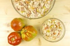 Pomodori ed insalata semplice del riso in una ciotola trasparente su legno immagini stock libere da diritti