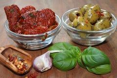 Pomodori ed olive secchi come dispositivo d'avviamento Immagine Stock