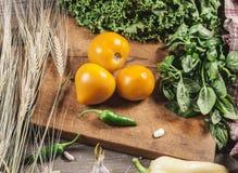 Pomodori, erbe e verdure gialli freschi Vitamine Prodotti per alimento vegetariano fotografia stock