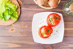 Pomodori freschi al forno con formaggio e l'uovo spruzzati con i verdi Fotografia Stock Libera da Diritti