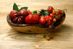 Pomodori freschi di cimelio sulla tavola di legno immagine stock