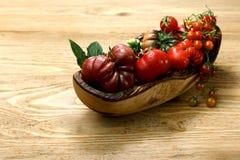 Pomodori freschi di cimelio sulla tavola di legno immagini stock libere da diritti