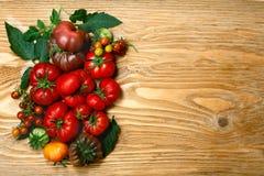Pomodori freschi di cimelio sulla tavola di legno fotografie stock