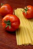 Pomodori freschi e pasta cruda Fotografie Stock