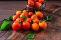Pomodori freschi su fondo di legno fotografia stock libera da diritti