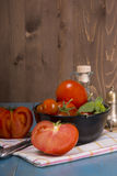 Pomodori freschi su fondo di legno rustico Fotografie Stock