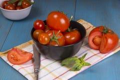 Pomodori freschi su fondo di legno rustico Fotografie Stock Libere da Diritti