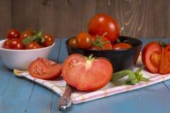 Pomodori freschi su fondo di legno rustico Immagine Stock Libera da Diritti