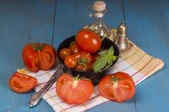 Pomodori freschi su fondo di legno rustico Fotografia Stock