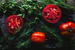 Pomodori freschi su un fondo di legno, verdure sane, alimento fotografia stock libera da diritti