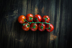 Pomodori freschi sulla tavola di legno d'annata Immagini Stock