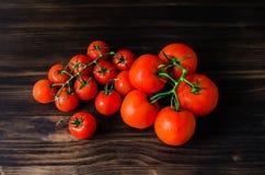 Pomodori freschi sulla tavola di legno d'annata Fotografia Stock
