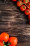 Pomodori freschi sulla tavola di legno d'annata Immagine Stock Libera da Diritti