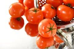 Pomodori freschi sullo specchio con il setaccio Immagine Stock Libera da Diritti