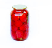 Pomodori inscatolati in un grande barattolo di vetro su fondo bianco Fotografie Stock
