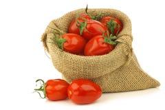 Pomodori italiani freschi di pomodori in un sacchetto di tela da imballaggio Fotografia Stock