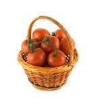 Pomodori maturi in canestro di vimini isolato Immagini Stock