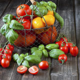 Pomodori maturi dolci sulla tavola di legno Fotografia Stock Libera da Diritti