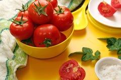 Pomodori maturi freschi in ciotola gialla Fotografia Stock