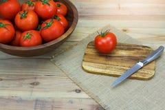 Pomodori maturi freschi del primo piano su legno Immagine Stock Libera da Diritti