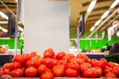 Pomodori maturi freschi in una scatola da vendere Fotografie Stock