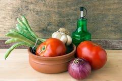 Pomodori, melanzane, olio d'oliva, fagiolini, cipolle e g freschi fotografia stock libera da diritti