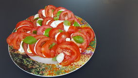 Pomodori, mozzarella e basilico caprese in un vaso Fotografia Stock Libera da Diritti