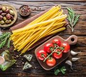 Pomodori, pasta degli spaghetti e spezie Fotografia Stock